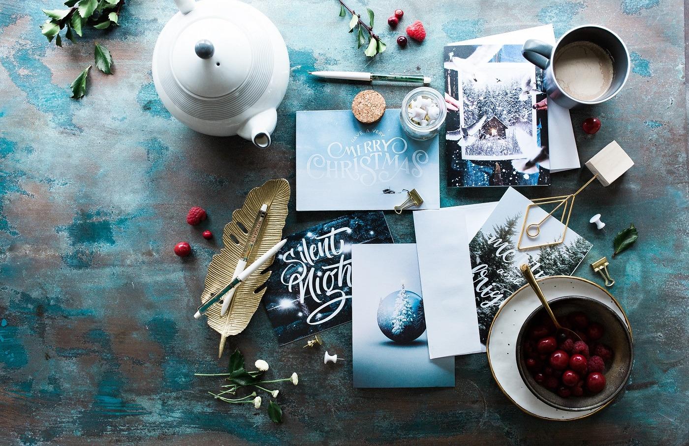 Kartki świąteczne na stole